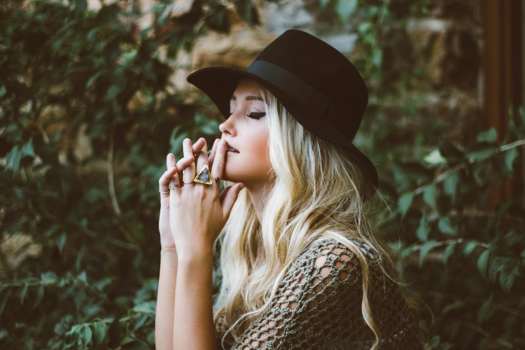 красивая девушка в молитве
